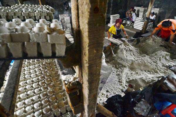 Pekerja menyelesaikan pembuatan garam.ANTARA/Adeng Bustomi
