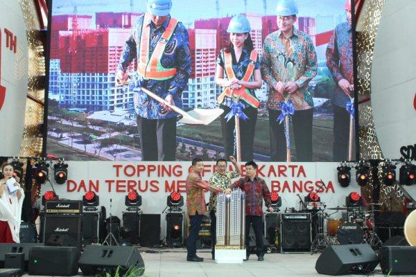Presdir PT Mahkota Sentosa Utama (Meikarta) Reza Chatab (kiri), CFO Indri (kedua kiri), dan CDO Huang Chung Hsiun (kedua kanan) melakukan seremoni penutupan atap di atas bangunan salah satu menara apartemen di Meikarta (tampak di layar) bersamaan dengan penekanan tombol peresmian topping off yang dilakukan CMO Meikarta Ferry Tahir (tengah), CSCEC Indonesia Representative Liang Dingsong (kiri), dan GM CSCEC for Civil Engineering Co. Ltd. Zhang Zu (kanan) di atas panggung di District 1 Meikarta, Cikarang, Sab