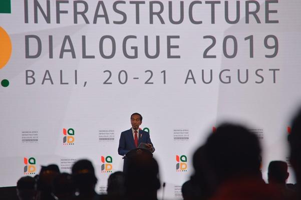 Presiden Joko Widodo menyampaikan sambutannya pada pembukaan Dialog Infrastruktur Indonesia-Afrika 2019 di Nusa Dua, Bali, Selasa (20/8/2019). Kegiatan selama dua hari tersebut dihadiri oleh delegasi dari 53 negara Afrika untuk berdiskusi tentang berbagai potensi kerjasama bisnis bidang infrastruktur dengan Indonesia. - ANTARA /Nyoman Budhiana