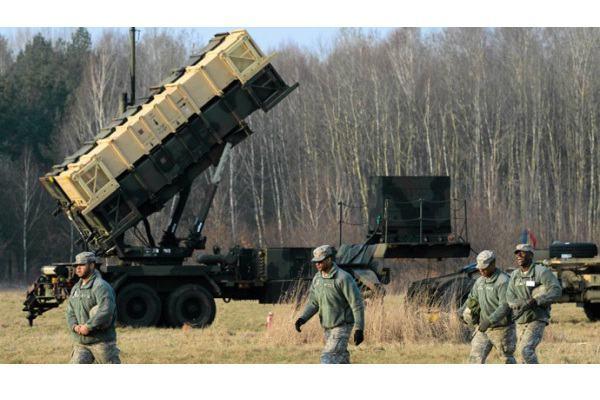 Ilustrasi-Prajurit AS berjalan dekat peluncur rudal pertahanan Patriot saat latihan di pangkalan miliiter di Sochaczew, dekat Warsawa (21/3/2015). - Reuters/Franciszek Mazur/Agencja Gazeta