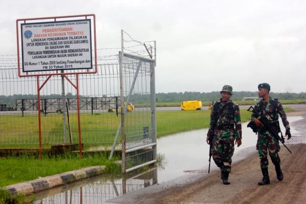 Ilustrasi-Prajurit TNI AD berjaga di kawasan Bandara Domine Eduard Osok (DEO) Kota Sorong, Papua Barat, Selasa (20/08/2019). Penerbangan di Bandara DEO Pasca kerusuhan, Senin (19/08/2019) kembali normal dan masih dijaga ketat aparat TNI. - ANTARA FOTO/Olha Mulalinda