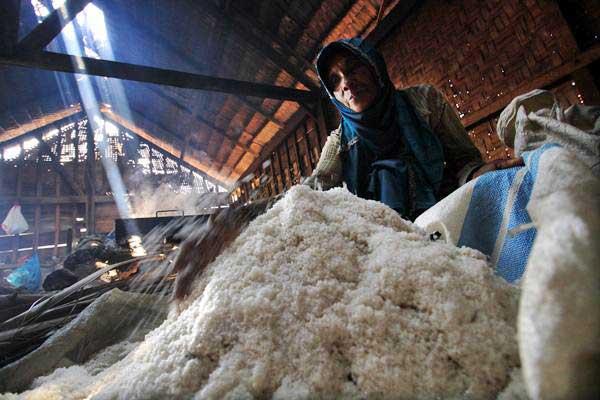 Petani memilah hasil produksi garam lokal - ANTARA