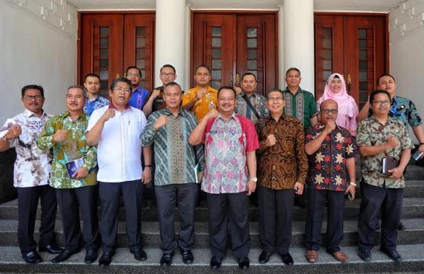 Rombongan Pemerintah Kota Sibolga saat mengunjungi Balai Kota Bandung - Bisnis/Dea Andriyawan