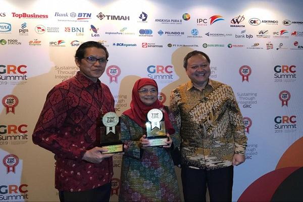 Direktur Keuangan PII Salursa Satria (kiri) dan Direktur Utama PII Armand Hermawan (kanan) usai menerima penghargaan Top GRC 2019 di Hotel Borobudur, Jakarta. - Bisnis