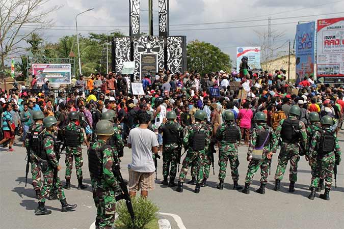 Warga melakukan konvoi saat aksi di Mimika, Papua - Antara/Sevianto Pakiding