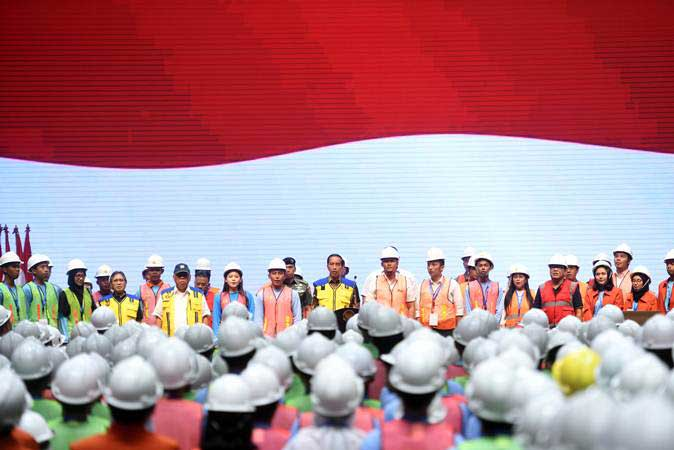 Presiden Joko Widodo (tengah) menghadiri peluncuran sertifikat elektronik tenaga kerja konstruksi Indonesia di Istora Senayan, Jakarta, Selasa (12/3/2019). - ANTARA /Akbar Nugroho Gumay