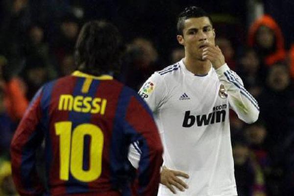 Cristiano Ronaldo (kanan) ketika masih memperkuat Real Madrid, berhadapan dengan bintang FC Barcelona Lionel Messi di La Liga Spanyol. - Reuters/Albert Gea