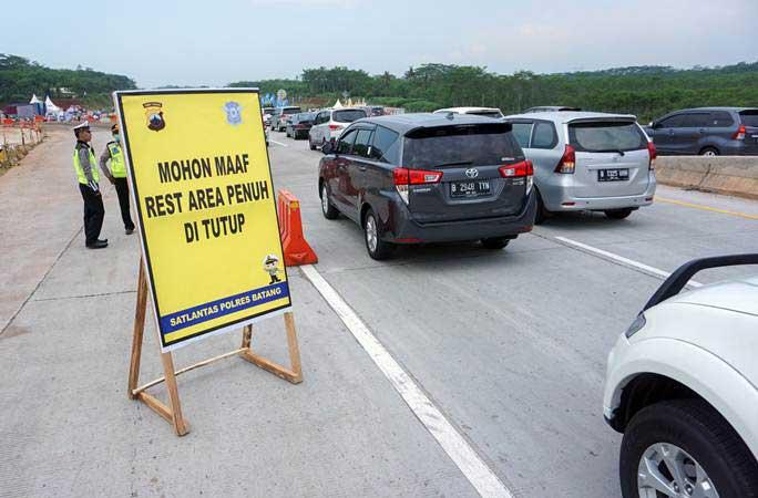 Foto udara kepadatan pemudik di rest area Candiareng KM 344 di Tol Trans Jawa, Kabupaten Batang, Jawa Tengah, Sabtu (1/6/2019). - ANTARA/Harviyan Perdana Putra