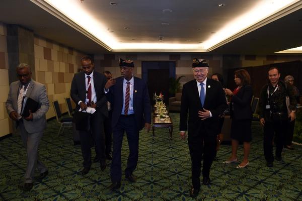 Menteri Perdagangan Enggartisto Lukita (kanan) saat pertemuan bilateral dengan delegasi Djibouti di sela-sela forum IAID di Bali, Rabu (21/8/2019). - Kemendag