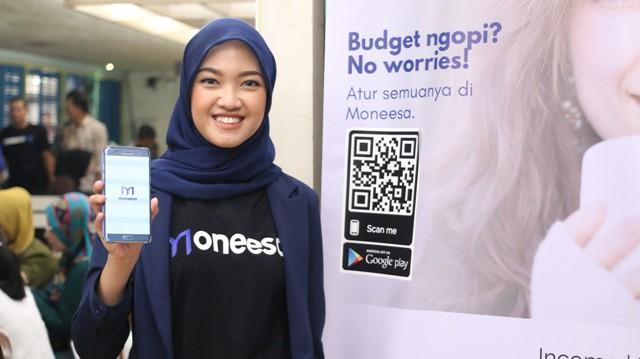 Annissa Sagita, Founder dan CEO Moneesa, menunjukkan aplikasi Moneesa dalam peluncurannya di Jakarta, Kamis (22/8/2019) - Bisnis/Erwin Tri Prasetyo