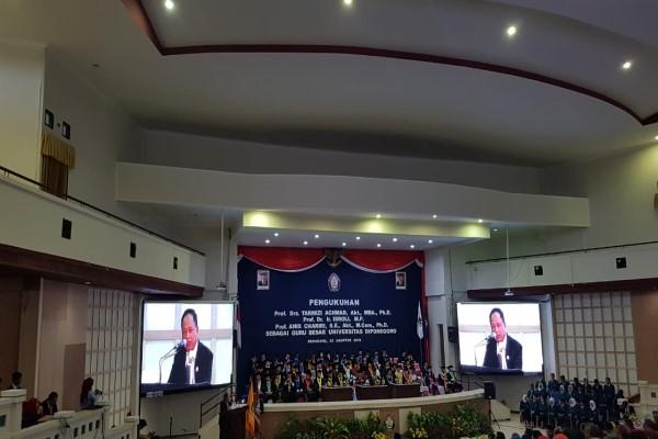 Menteri Riset, Teknologi, dan Pendidikan Tinggi (Menristekdikti) Mohamad Nasir memberikan sambutan dalam acara pengukuhan tiga guru besar baru Universitas Diponegoro, Semarang, Kamis (22/8/2019). - Bisnis/Denis Riantiza M