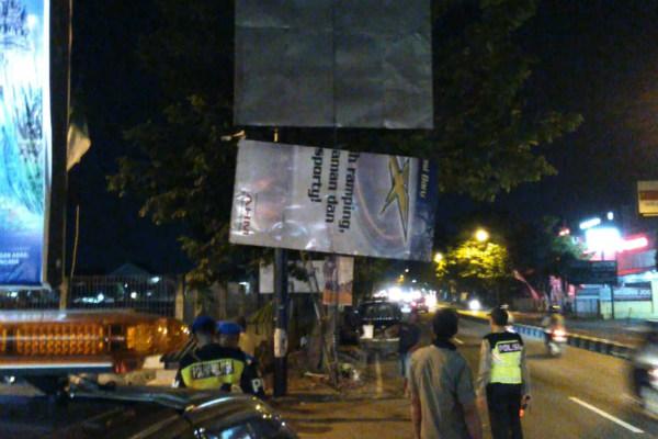 Petugas Satpol PP DIY membongkar paksa reklame raksasa di Jalan Magelang, Selasa (2/7) malam lalu. - Istimewa/Satpol PP DIY