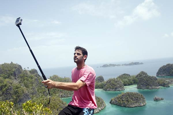 Seorang wisatawan mancanegara berfoto diri dengan latar belakang pemandangan di Pianemo, Raja Ampat, Papua Barat - Antara
