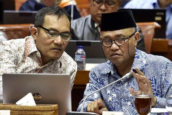 Ketua Komisi Pemberantasan Korupsi (KPK) Agus Rahardjo (kanan) bersama Wakil Ketua KPK Saut Situmorang (kiri). - ANTARA/Puspa Perwitasari