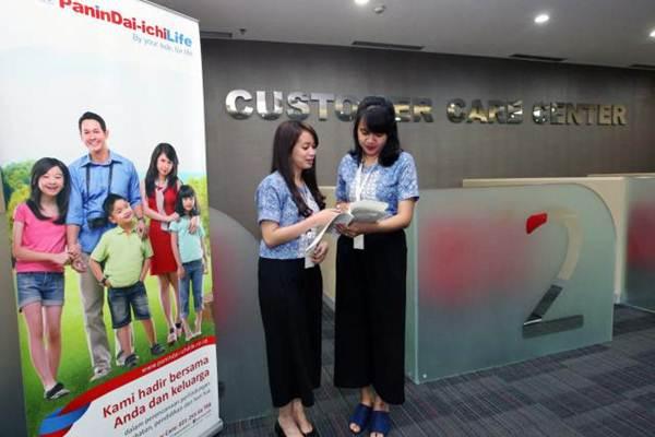 Karyawati PT Panin Dai-ichi Life melakukan aktivitas kerja di Jakarta, Selasa (2/10/2018). - JIBI/Dedi Gunawan