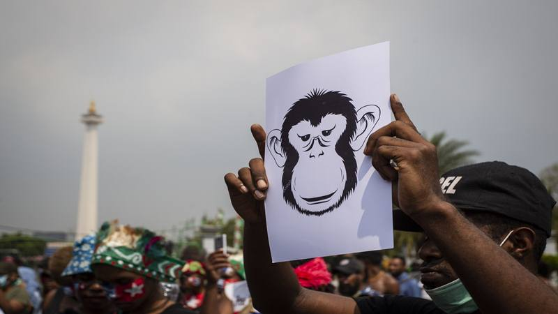 Massa yang tergabung dalam Mahasiswa Papua Anti Rasisme, Kapitalisme, Kolonialisme dan Militerisme membentangkan poster saat menggelar unjuk rasa di seberang Istana Merdeka, Jakarta, Kamis (22/8/2019). Dalam aksi tersebut mereka mengutuk pelaku pengepungan asrama kamasan Papua di Surabaya serta mendesak untuk menangkap dan mengadili aktor intelektual dibalik peristiwa tersebut. - Antara