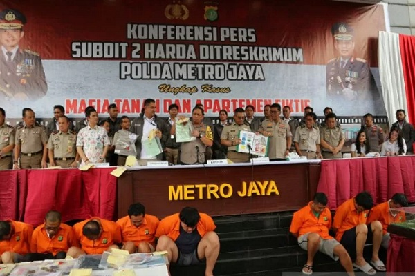Kapolda Metro Jaya Irjen Gatot Eddy Pramono (tengah) memperlihatkan barang bukti dalam gelar kasus apartemen fiktif, di Mapolda Metro Jaya. - Antara