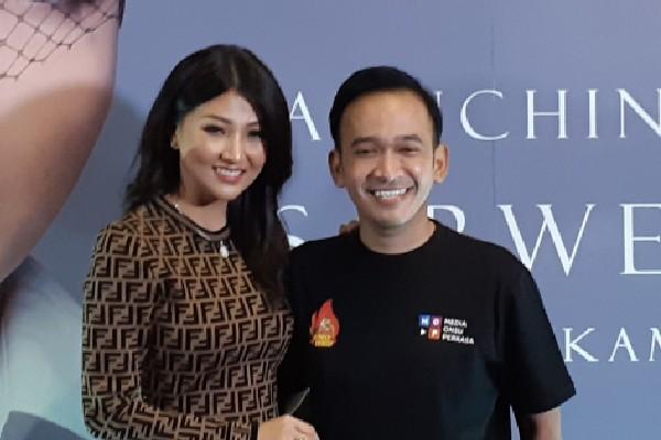Sarwendah dan Ruben Onsu (Pemilik Geprek Bensu) di kawasan Kemang, Jakarta Selatan pada Kamis (22/8 - 2019).