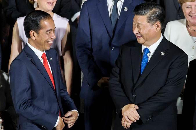 Presiden Joko Widodo (kiri) berbincang dengan Presiden China Xi Jinping, di sela-sela KTT G20, di Osaka, Jepang, Jumat (28/6/2019). - Reuters