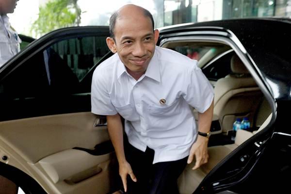 Menteri Energi dan Sumber Daya Mineral (ESDM) Archandra Tahar keluar dari mobil dinas setibanya di gedung KPK, Jakarta, Senin (8/8). - Antara/M Agung Rajasa