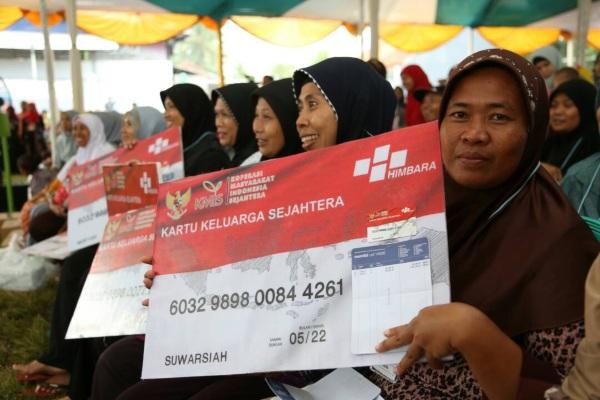 Masyarakat menunjukan model Kartu Keluarga Sejahtera (KIS). Penyaluran bantuan sosial nontunai akan menggunakan basis data Nomor Induk Kependudukan mulai tahun depan. - Antara