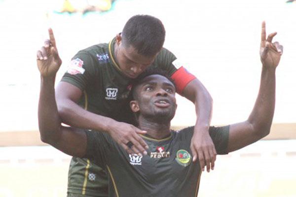 Dua pemain andalan PS Tira Persikabo, Osas Saha (depan) dan Manahati Lestusen. - Antara/Yulius Satria Wijaya