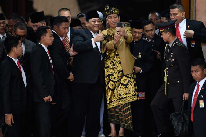 Presiden Joko Widodo (tengah) dan Wakil Presiden Jusuf Kalla (keempat kanan) melayani swafoto usai Sidang Bersama DPD-DPR di Kompleks Parlemen, Senayan, Jakarta, Jumat (16/8/2019). - ANTARA FOTO/Puspa Perwitasari