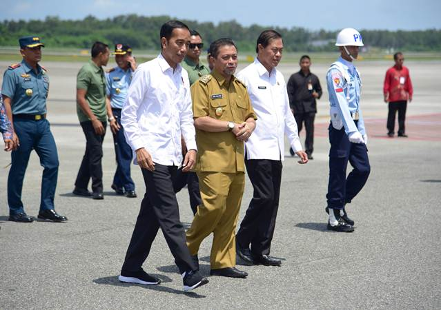 Presiden Jokowi disambut Wagub Kaltim Hadi Mulyadi saat tiba di Bandara Sultan Aji Muhammad Sulaiman, Sepinggan, Kota Balikpapan, Kalimantan Timur, Selasa (7/5/2019). - Setkab/Anggun