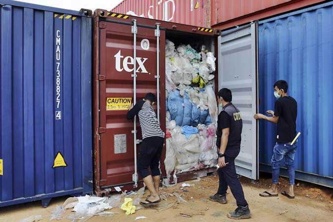 Petugas Bea dan Cukai Batam memeriksa salah satu dari 65 kontainer yang berisi sampah plastik dari Amerika Serikat yang diduga mengandung limbah bahan berbahaya dan beracun (B3) di Pelabuhan Batu Ampar, Batam, Kepulauan Riau, Sabtu (15/6/2019). - ANTARA