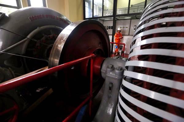 Teknisi mengoperasikan mesin turbin di Pembangkit Listrik Tenaga Air (PLTA) Bengkok, Dago, Bandung, Jawa Barat, Jumat (19/10/2018). PLTA yang dikelola oleh PT Indonesia Power itu masih beroperasi mengalirkan listrik untuk warga Bandung dan sekitarnya. - JIBI/Rachman