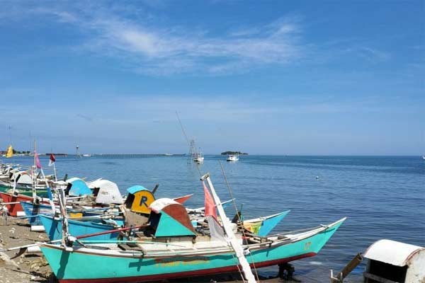 Puluhan perahu nelayan yang berada di pesisir pantai. - ANTARA