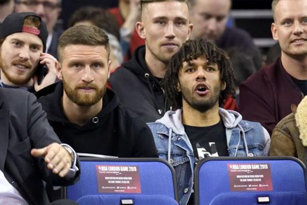 Shkodran Mustafi (kiri depan) dan Mohamed Elneny. - Metro.co.uk