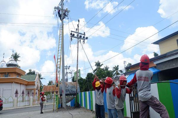 PLN Unit Induk Wilayah (UIW) Sulselrabar melakukan upaya peremajaan komponen infrastruktur kelistrikan guna meningkatkan keandalan sistem kelistrikan di Kepulauan Selayar.