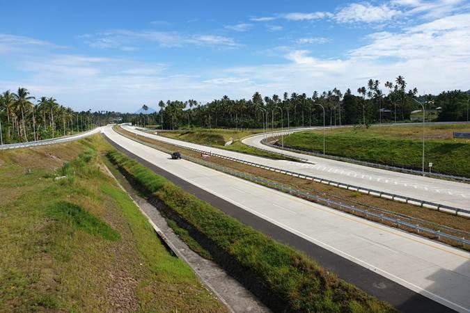 Ilustrasi. Suasana jalan tol Manado-Bitung dari simpang susun Minahasa Utara, Jumat (5/7/2019). - Bisnis/Lukas Hendra