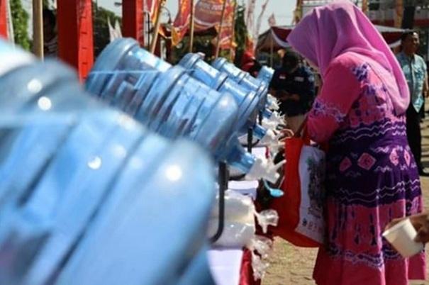 Barisan puluhan galon isi ulang yang berjajar di pinggir-pinggir lapangan, berisi air minum untuk pengunjung - Instagram @humas.jateng