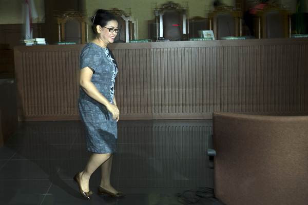 Terdakwa kasus pemberian keterangan yang tidak benar saat bersaksi dalam sidang perkara korupsi pengadaan KTP-el, Miryam S Haryani, menjalani sidang putusan di Pengadilan Tipikor, Jakarta, Senin (13/11). - ANTARA/Rosa Panggabean