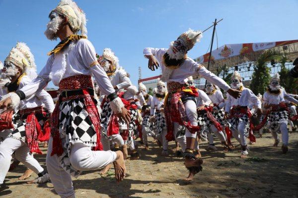 Pembukaan Pesta Rakyat Jawa Tengah 2019 di Wonogiri dengan pertunjukan Tari Kethek Ogleng.