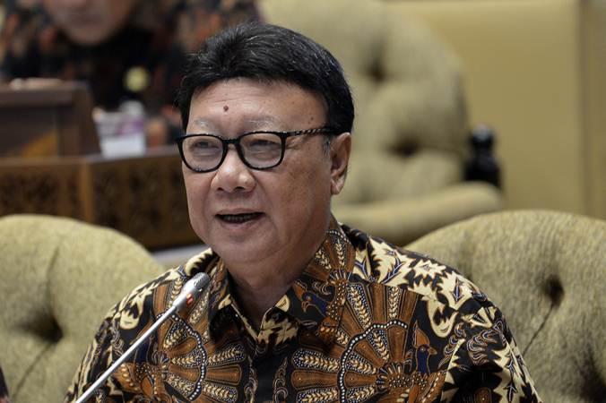 Menteri Dalam Negeri Tjahjo Kumolo menyampaikan pendapat saat rapat kerja dengan Komisi II DPR di gedung parlemen, Senayan Jakarta, Kamis (20/6/2019). - ANTARA/Nova Wahyudi