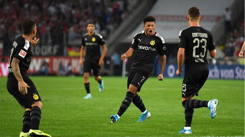 Pemain Dortmund Jadon Malik Sancho (kedua kanan) mencetak gol penyeimbang ke gawang Koln. - Bundesliga.com