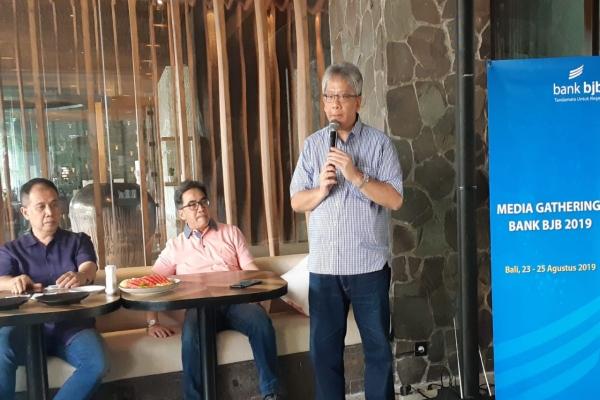 Direktur Utama BJB Yuddy Reynaldi (kanan) memberikan keterangan kepada media, Sabtu (24/8/2019). - Bisnis/Ema Sukarelawanto
