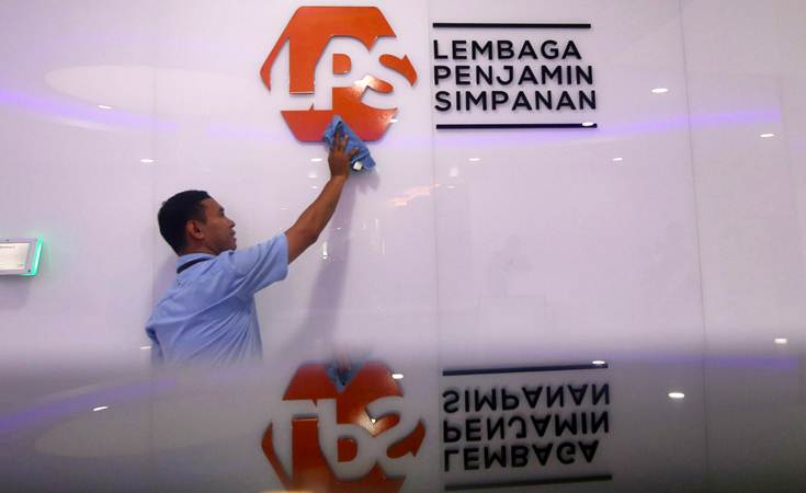 Petugas membersihkan logo Lembaga Penjamin Simpanan (LPS) di Jakarta, Selasa (23/4/2019). - Bisnis/Abdullah Azzam