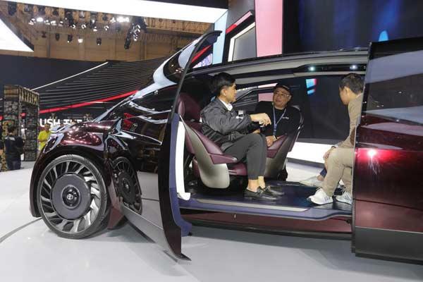 Kaesang mampir booth Toyota. - BISNIS.COM/Aprianus Doni
