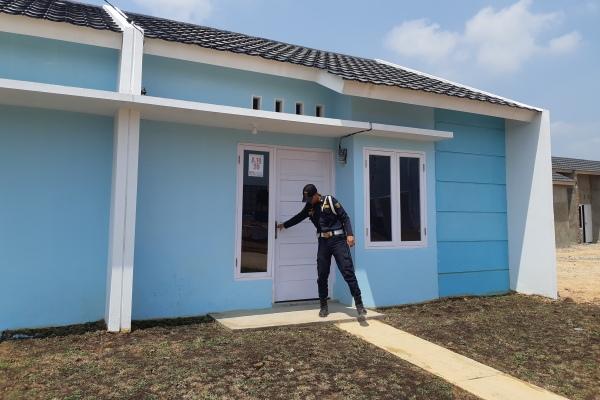 Seorang petugas keamanan meninjau rumah contoh perumahan BPS Land yang dibangun untuk hunian ANS, TNI, Polri dan masyarakat umum di Kota Palembang. - Bisnis/Dinda Wulandari