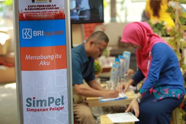 Petugas memberikan penjelasan kepada pengunjung di stan peserta IB Vaganza Expo Keuangan Syariah di Jakarta, Jumat (5/10/2018). - JIBI/Dwi Prasetya