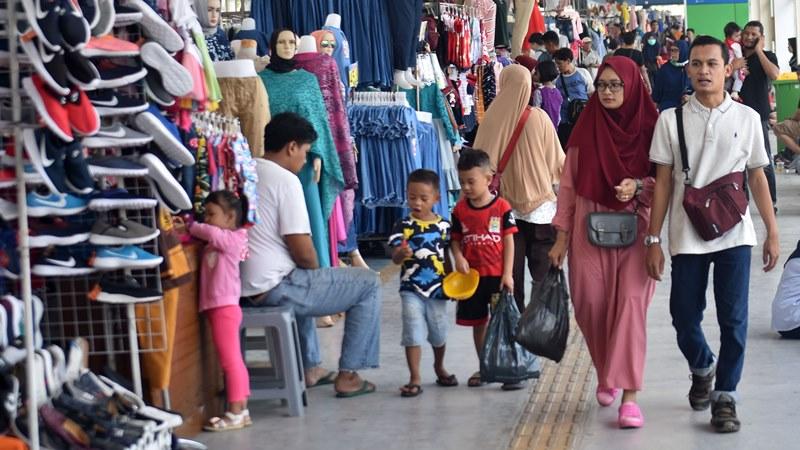 Sejumlah warga melintasi s di jembatan penyeberangan multiguna (JPM) Tanah Abang, Jakarta Pusat, Kamis (23/5/2019). - ANTARA/Aditya Pradana Putra