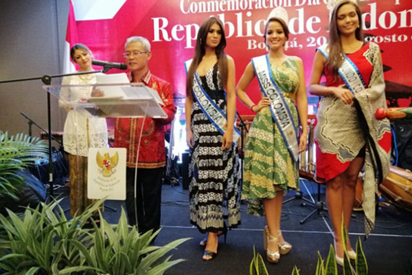 Tiga ratu kecantikan Kolombia mengenakan batik saat peringatan HUT RI di Bogota pada 21 Agustus WIB, sementara Dubes Priyo Iswanto membheri kata sambutan. - Kemlu.go.id