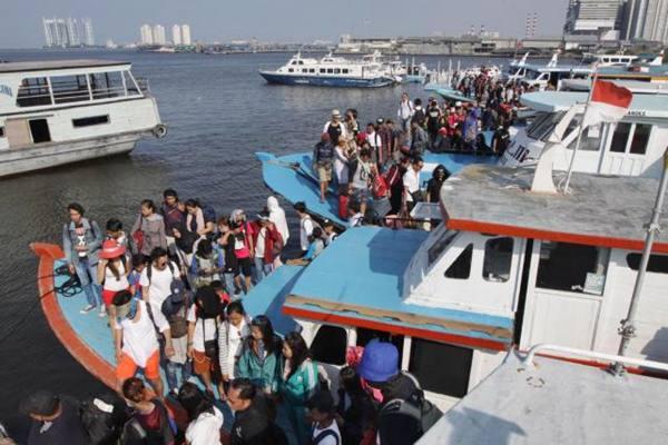 Pengunjung menuruni kapal wisata Kepulauan Seribu, di Dermaga Kali Adem, Muara Angke, Jakarta Utara. - Bisnis/Endang Muchtar