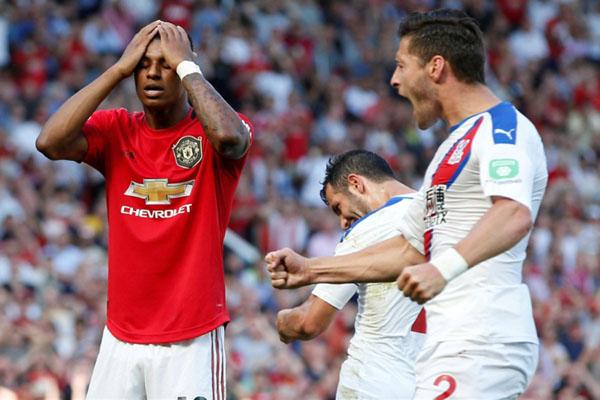 Reaksi Marcus Rashford (kiri) setelah tendangan penaltinya ke gawang Crystal Palace gagal membuahkan gol. - Reuters/Andrew Yates