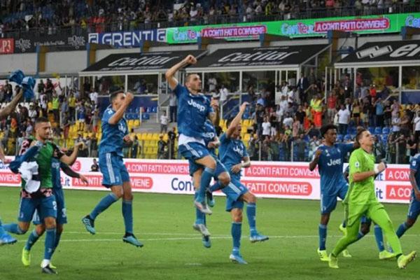 Para pemain Juventus merayakajn kemenangan atas Parma. - Reuters/Alberto Lingria
