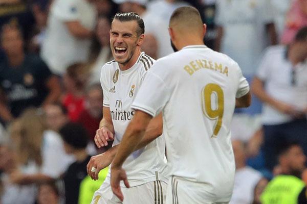 Dua penyerang andalan Real Madrid, Gareth Bale (kiri) dan Karim Benzema, merayakan gol ke gawang Real Valladolid. - Reuters/Juan Medina